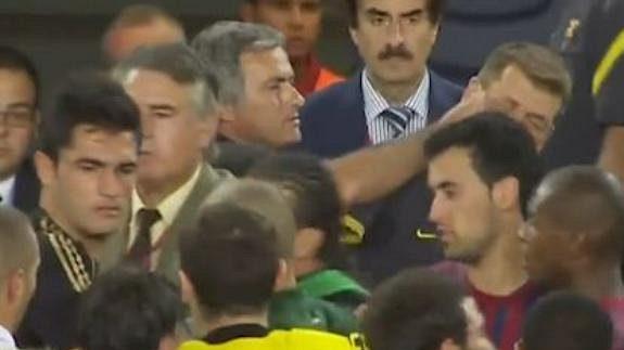 Když Mourinho štípnul v zápase s Barcelonouj tehdejšího asistenta Guardioly Villanovu.