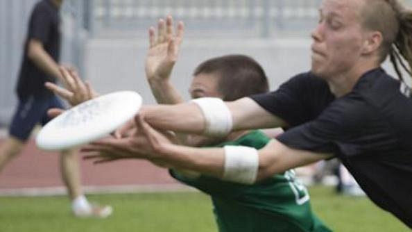 Do první ligy postoupily 4 týmy, všechny z Prahy. Na snímku bojují o disk Štěpán Materna (vpravo) z Prague Devils A a Vojtěch Průšák z týmu FUJ.
