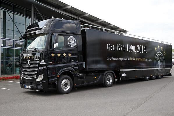 Tento speciálně upravený kamión poslouží německým fotbalistům k triumfální jízdě Berlínem.