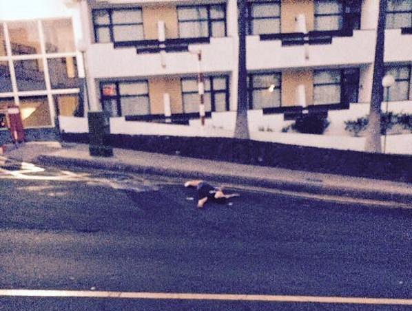 Je libo si ustlat na silnici přímo před okny apartmánů?