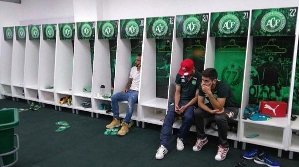 Takhle se po tragédii v šatně sešli hráči Chapecoense, kteří nebyli k finále nominováni.