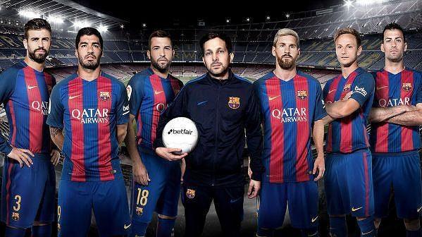Kouzelník Dynamo (s míčem) je zázračnou posilou Barcelony...