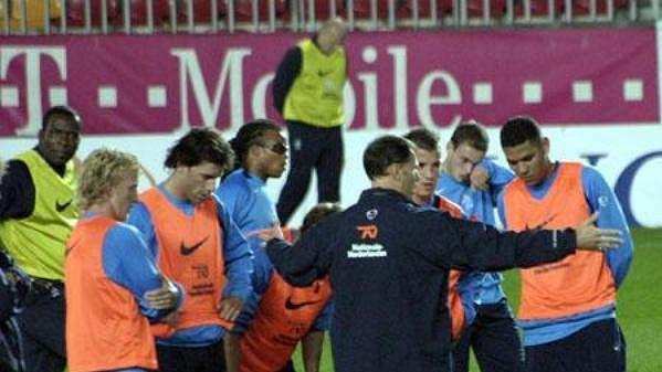 Trenér Nizozemska Marco Van Basten udílí pokyny během tréninku před zápasem proti České republice.