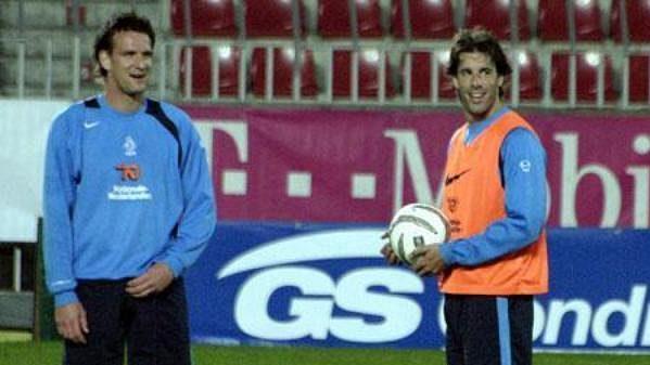 Útočník Ruud Van Nistelrooy byl během tréninku před zápasem v Praze dobře naladěný.