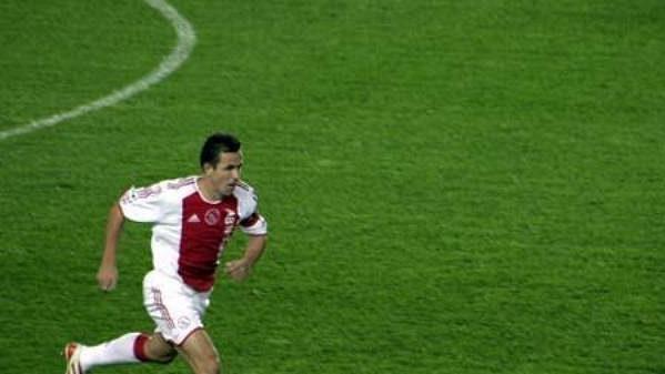 Kapitán Ajaxu Amsterdam Tomáš Galásek uniká sparťanovi Lukáši Zelenkovi.