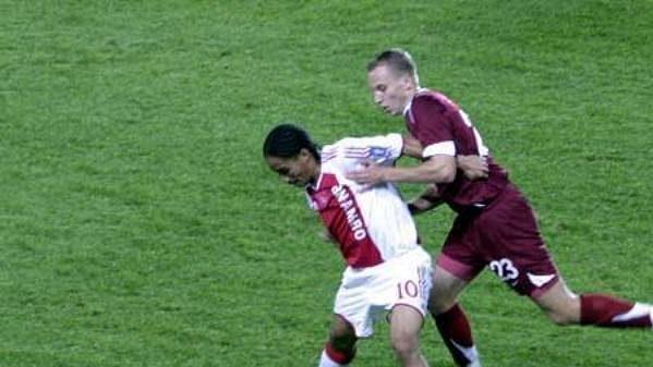Sparťan Michal Kadlec v souboji s Pienaarem z Ajaxu Amsterdam.