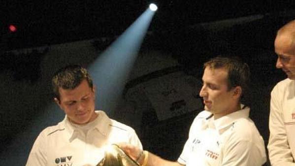 Štěpán Vojtěch (vlevo) a Michal Ernst se zlatým kanystrem pro nejlepší posádku týmu OMV Rally Team. Vpravo přihlíží celkový vítěz Waldviertel rallye Baumschlager.