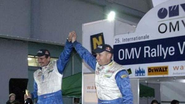Vítězná dvojice Waldviertel rallye Raimund Baumschlager (vpravo) se spolujezdcem Thomasem Zeltnerem