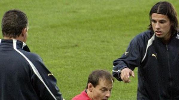 Milan Baroš si na tréninku před zápasem z Nizozemskem vyzkoušel i nově nafasované kopačky.