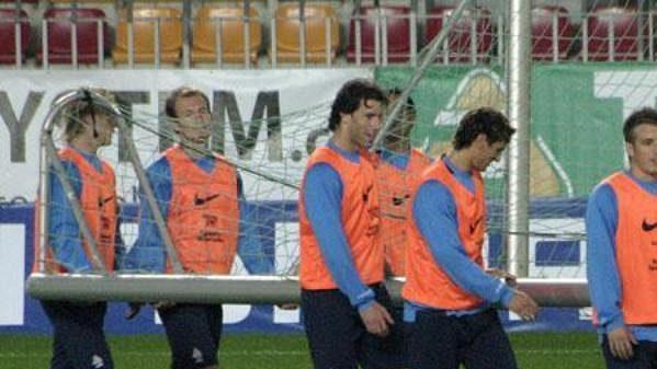 Pomáhat při tréninku musejí i hvězdy jako Van Nistelrooy (třetí zleva), Robben (druhý zleva) nebo Van der Vaart (druhý zprava).