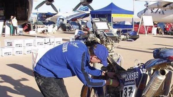 Ivo Kaštan při opravě motocyklu