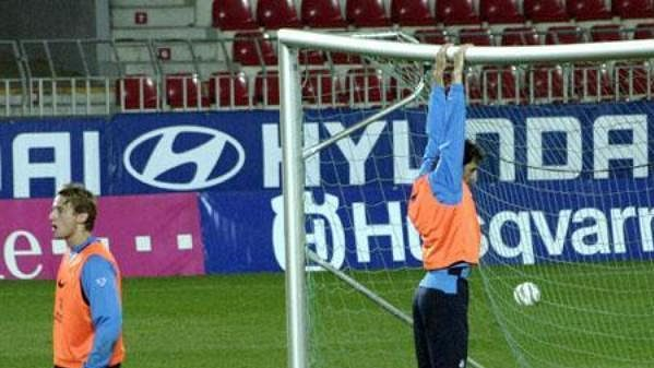 Útočník Ruud van Nistelrooy visí na brance během tréninku nizozemské reprezentace