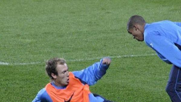 Arjen Robben (na zemi) při defenzivní práci během tréninku nizozemské reprezentace