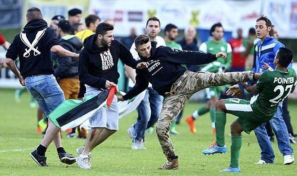Ostrý střet demonstrantů a fotbalistů Maccabi Haifa.