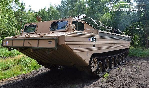 Obojživelný transportér PTS-10