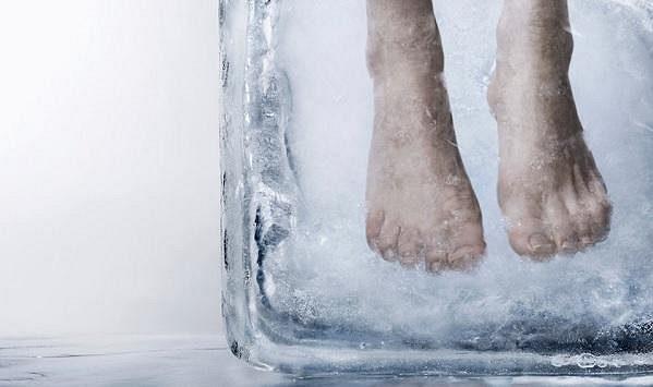 Konec studených a zpocených nohou.