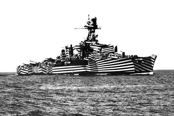 Red Bull sáhl ke kamufláži lodí z 2. světové války.