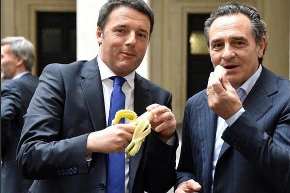 Banán snědli také italský premiér Matteo Renzi a trenér národního týmu Cesare Prandelli (vpravo).