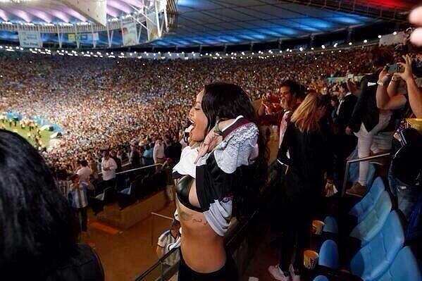 Rihanna má jistou dávku odvahy, na Maracaná fandila německému týmu i v podprsence.