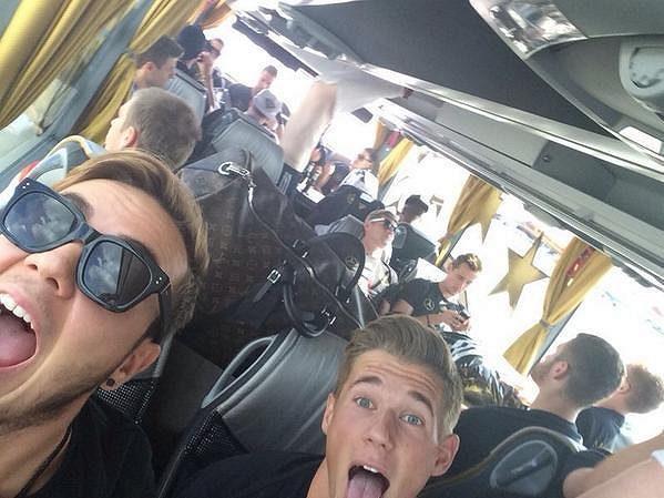 Mario Götze (vlevo) si cestu autobusem do centra Berlína užíval.