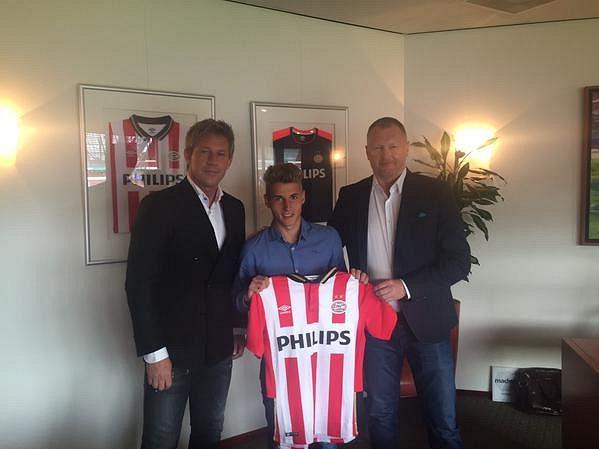 Michal Sadílek pózuje s dresem nizozemského mistra PSV.