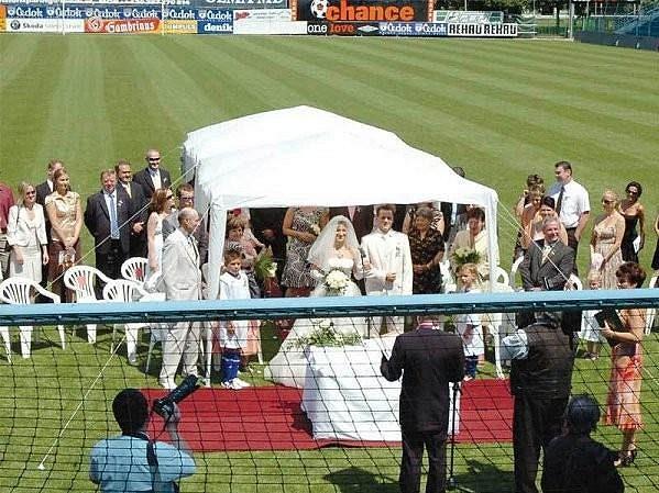 Netradiční svatební obřad Marka Matějovského přímo na hrací ploše stadiónu v Mladé Boleslavi...