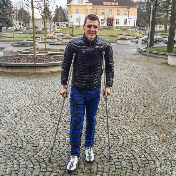 Jaroslav Kulhavý musí na pár týdnů vyměnit kolo za berle.