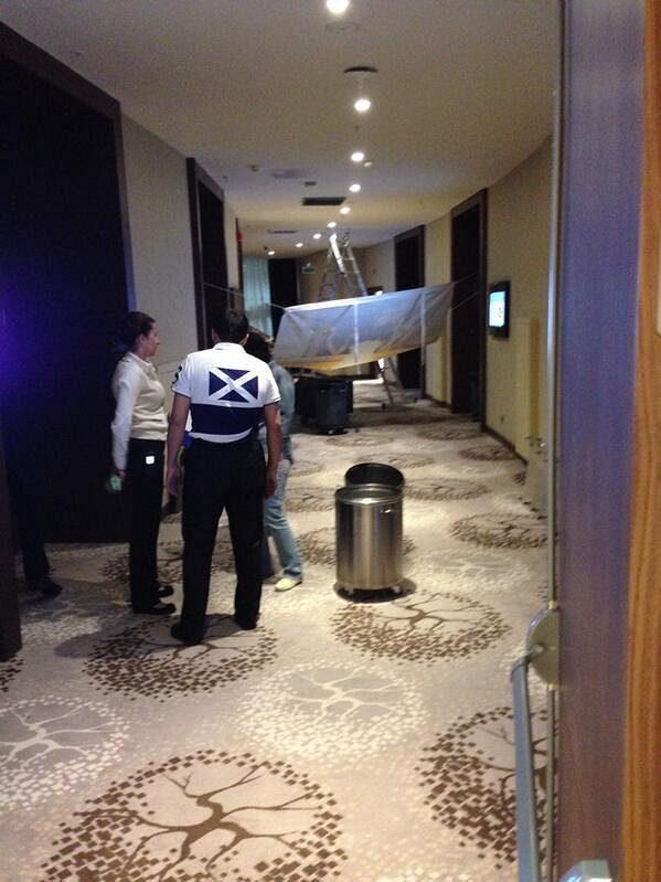 Personál hotelu se snaží nečekanou komplikaci vyřešit.