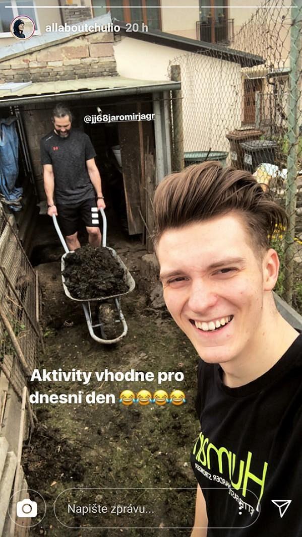 Jaromír Jágr jako za mlada. Práce na statku se neštítí
