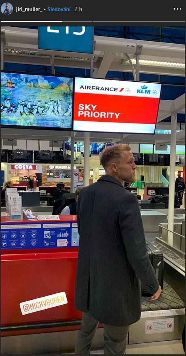 Nick van Buren odlétá ze Slavie...? Snímek z letiště zveřejnil jeho agent Jiří Müller.