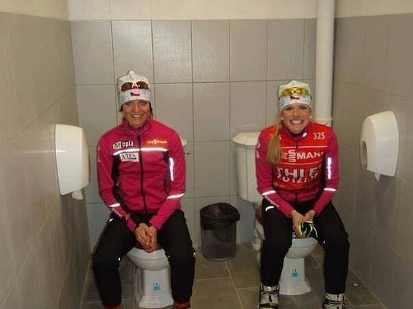 Netradiční záchodový double v biatlonovém areálu Laura v dějišti olympijských her si vyzkoušely i Gabriela Soukalová (vpravo) a Jitka Landová.