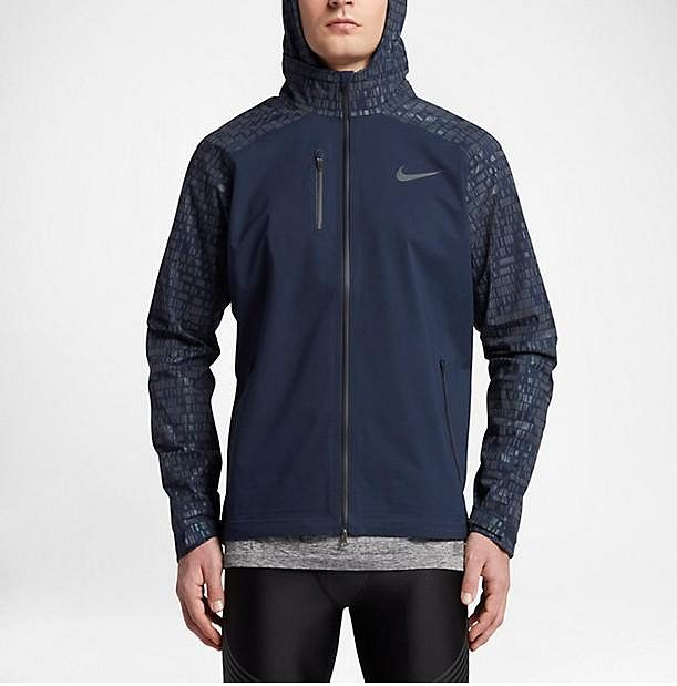 Běžecká bunda Nike HyperShield Flash: Hezký pohled je na ni i za denního světla.