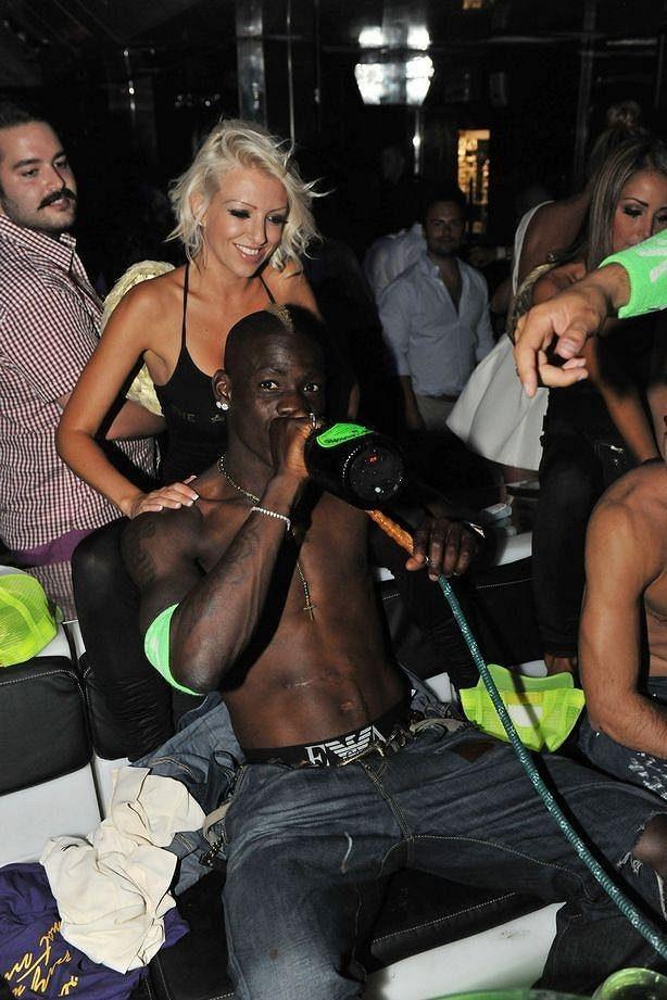 Mario Balotelli si na party v St. Tropez užíval života doslova plnými doušky.