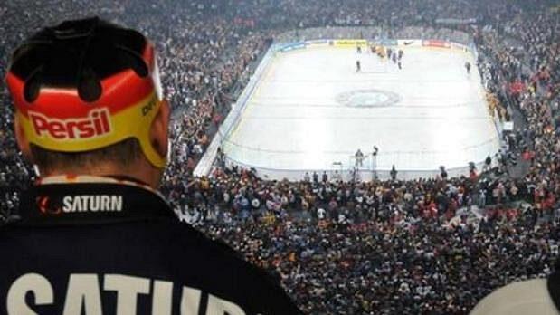 Fanoušci sledují hokejový zápas na fotbalovém stadionu v Gelsenkirchenu