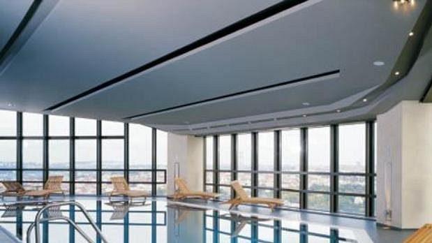 Bazén v hotelu Corinthia Towers, kde jsou ubytováni hokejisté české reprezentace