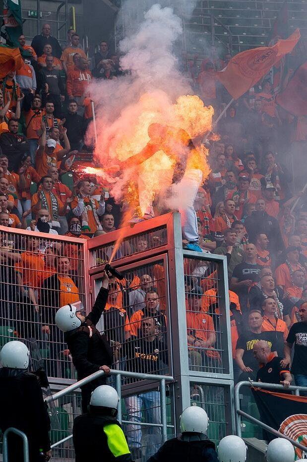 Polský fanoušek skončil v ohni.