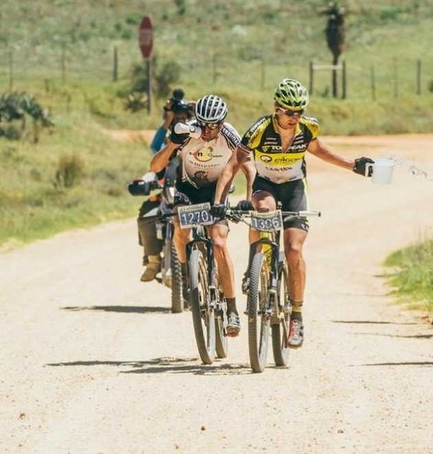Český biker Kristián Hynek (vpravo) během závodu Attakwas 2017 v Jihoafrické republice.