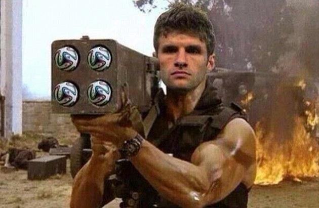 Německý útočník Thomas Müller coby akční hrdina se zásobou míčů Brazuca připravených k nasázení do sítě brazilské branky.