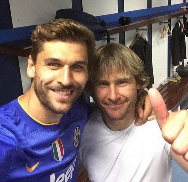 Vztyčený palec. Také Pavel Nedvěd (vpravo) a Fernando Llorente se bezprostředně po remíze 1:1 v kabině stadiónu Santiago Bernabéu radovali z finálové účasti.
