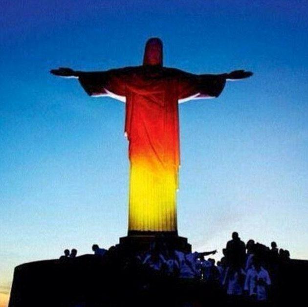 A znovu socha Ježíše Krista, tentokrát v německých barvách.