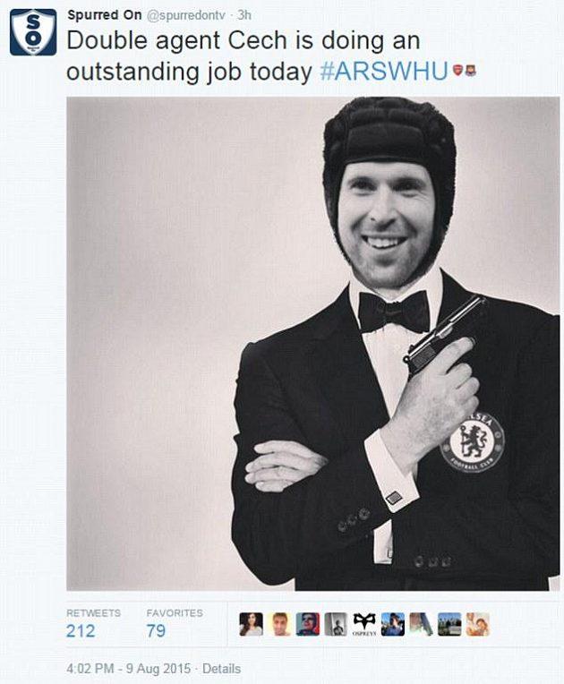 Dvojitý agent Petr Čech odvedl skvělou práci, vtipkují někteří fanoušci.