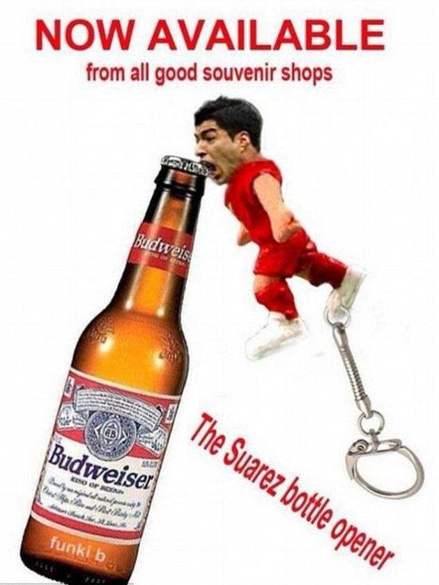 Suárez jako otvírák na lahve. Seženete ve všech dobrých obchodech se suvenýry.
