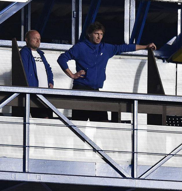Zleva trenér Liberce Pavel Hoftych a trenér brankářů Marek Čech sledují utkání z tribuny.