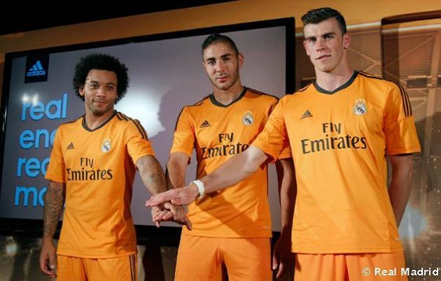 Marcelo (vlevo), Benzema (uprostřed) a Bale zpózovali fotografům v nových dresech pro letošní ročník Ligy mistrů.