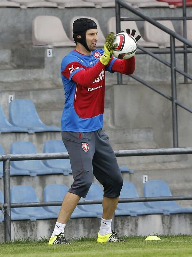 Petr Čech na tréninku fotbalové reprezentace v Rize.