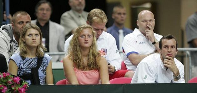 Petra Kvitová (uprostřed) a Radek Štěpánek sledovali v roce 2009 čtvrtfinále Davis Cupu mezi Českem a Argentinou. Vlevo Lucie Šafářová.