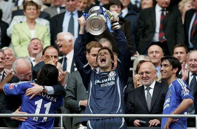 Květen 2007, Petr Čech poprvé s trofejí pro vítěze FA Cupu. Blues díky gólu Didiera Drogby v prodloužení na rekonstruované Wembley ve finále zdolali Manchester United.