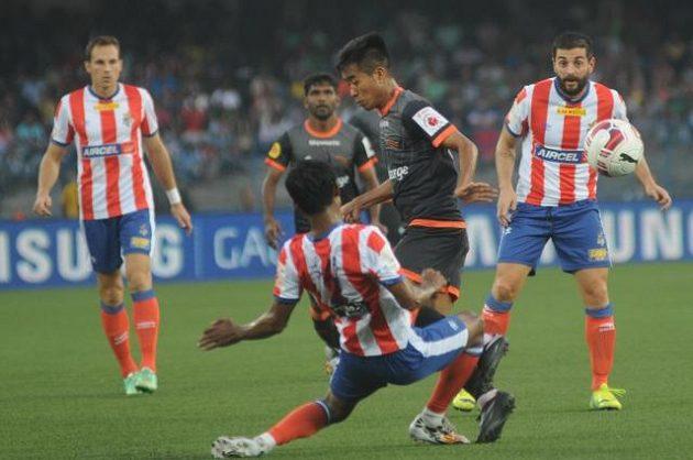Český záložník Jakub Podaný (zcela vlevo) v utkání indické fotbalové Super League.