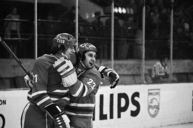 Ivan Hlinka (vlevo) a Jaroslav Pouzar oslavují gól vstřelený Švédsku na MS v Katovicích 1976.