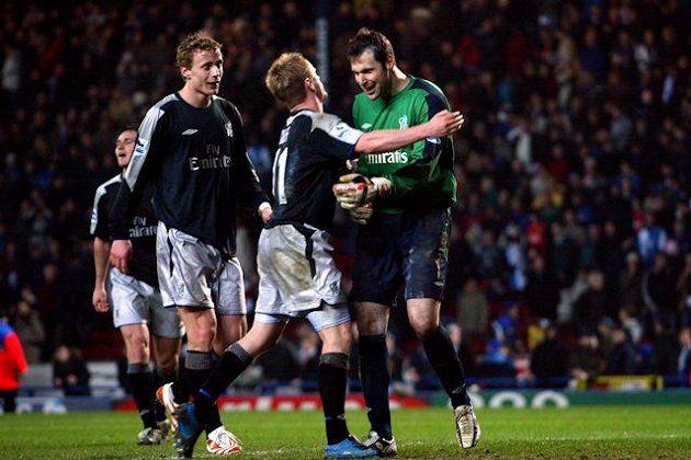 Výhra 1:0 nad Blackburnem v únoru 2005 se ukázala jako klíčová, Chelsea po 50 letech získala mistrovský titul. Čech se objímá s Duffem, gratulovat mu přichází i český parťák Jiří Jarošík.